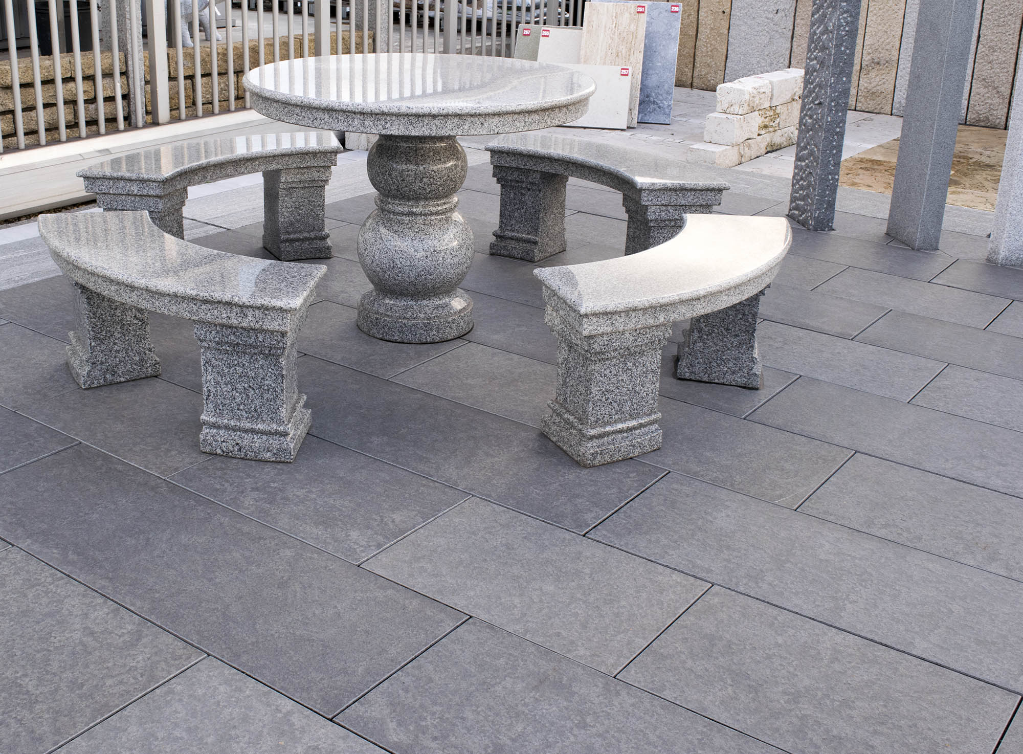 terrassenplatten basalt<br>geflammt & gebürstet (naturstein baumaterial)